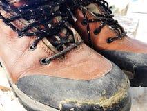 Starej czerwieni wysokości brudni buty Stara szkoła roczniki będący ubranym buty fotografia stock