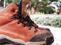 Starej czerwieni wysokości brudni buty Stara szkoła roczniki będący ubranym buty zdjęcia stock