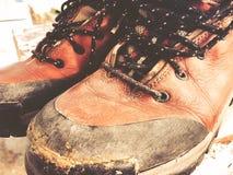 Starej czerwieni wysokości brudni buty Stara szkoła roczniki będący ubranym buty zdjęcie royalty free