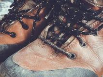 Starej czerwieni wysokości brudni buty Stara szkoła roczniki będący ubranym buty obraz stock