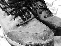 Starej czerwieni wysokości brudni buty Stara szkoła roczniki będący ubranym buty fotografia royalty free