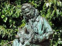 Starej damy królowej Elizabeth statua z jej corgi psem Fotografia Stock