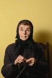 Starej kobiety dzianie i patrzeć naprzód Piękna marszcząca skóra widoczna Zdjęcia Stock
