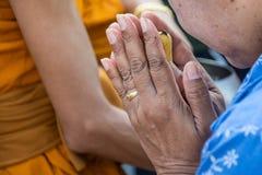 Starej kobiety modlenie w Buddha ceremonii Fotografia Royalty Free