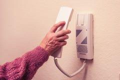 Starej kobiety odpowiadania awiofon Fotografia Royalty Free