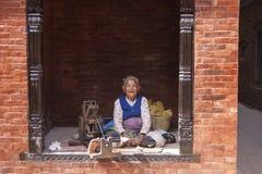 Starej kobiety przędzalniana wełna Fotografia Stock