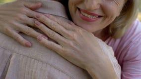 Starej kobiety przytulenia mężczyzny zbliżenie, rodzinny poparcie i miłość ufa związek, fotografia stock