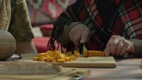 Starej kobiety tnąca bania na drewnianym stojaku - ręce do góry zdjęcie wideo