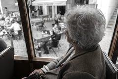 Starej kobiety travelig na rocznika tramwaju w Lisbon wokoło Alfama Fotografia Stock