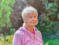 Starej kobiety uśmiechnięty outside podczas słonecznego dnia Obrazy Stock