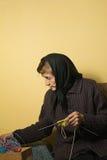 Starej kobiety zrywanie od pudełkowatego przędzy pasemka dla dziać Obraz Stock