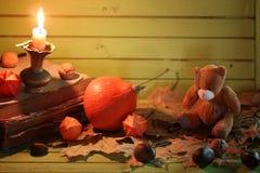 Starej książki świeczka na drewnianym stole i bania Obrazy Stock