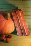 Starej książki świeczka na drewnianym stole i bania Obraz Royalty Free