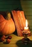 Starej książki świeczka na drewnianym stole i bania Zdjęcie Stock