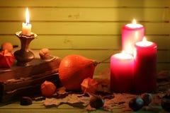 Starej książki świeczka na drewnianym stole i bania Zdjęcia Stock