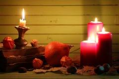 Starej książki świeczka na drewnianym stole i bania Zdjęcie Royalty Free