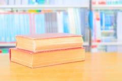 starej książki czerwień i rozsypisko traktat w szkolnej bibliotece na drewnianym stole zdjęcie stock
