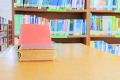 starej książki czerwień i rozsypisko traktat w szkolnej bibliotece na drewnianym stole obraz royalty free