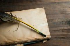 Starej książki pusta strona i piórkowy pióro Obrazy Royalty Free