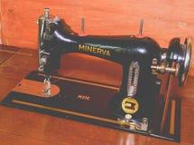 Starej rocznik ręki szwalna maszyna na brown tle Selekcyjna ostrość Obraz Royalty Free
