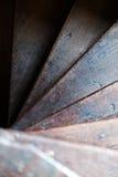 Starej rocznika tudor schody spirali schodków wnętrza drewniana kształtna cecha przeglądać od above Zdjęcie Stock