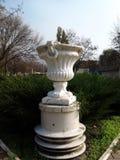 Starej statuy wazowy puchar w miasto parku Fotografia Royalty Free