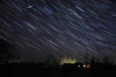 Starfall au-dessus du village, région de Novgorod, Russie Photos stock