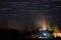 Starfall au-dessus du village, région de Novgorod, Russie Photo libre de droits