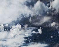Starfield derrière des nuages Photos libres de droits