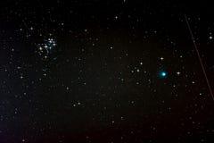 Starfield med komet Lovejoy, fallande stjärna och Pleiades Arkivfoto