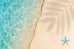 Starfish auf dem Sommerstrand Blaues Meer, Himmel u Tropischer Sand-Strand, Boot im Gree Ozean stockbild