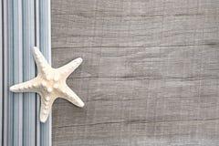 Starfish auf grauem hölzernem Hintergrund Lizenzfreie Stockfotografie