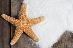 Starfish auf verwitterten Brettern mit Sand lizenzfreies stockfoto