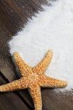 Starfish auf verwitterten Brettern mit Sand  lizenzfreie stockfotos