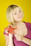 Starfish da terra arrendada da mulher Imagens de Stock
