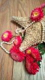 Starfish mit Blumen und Perlen lizenzfreie stockfotos
