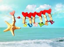Starfish mit Buchstaben und Herzen, die von den Wäscheklammern hängen Stockbilder