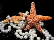 Starfish mit Perlen auf Schwarzem Lizenzfreie Stockfotografie