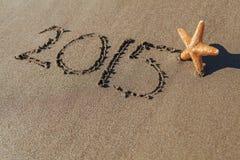 Starfish nahe bei 2015 geschrieben auf Sand Stockbilder