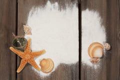 Starfish-Oberteile auf verwittertem Holz stockfotos
