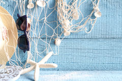 Starfish und Fischernetz auf blauen Brettern Stockfotos
