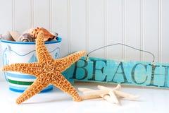 Starfish und hölzernes Strandzeichen Stockbild