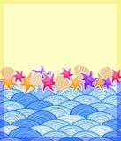 在黄沙海滩的壳和Starfishs 免版税库存图片
