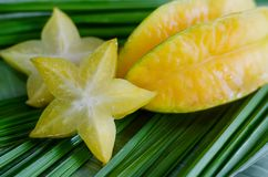 Starfruit,在绿色叶子的阳桃 免版税库存照片