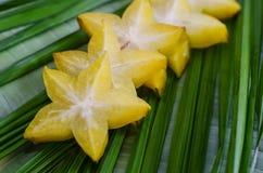 Starfruit,在绿色叶子的阳桃 免版税库存图片
