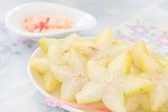 Starfruit cortado en el plato Fotos de archivo libres de regalías