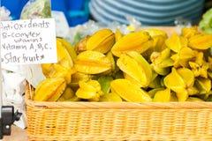 Starfruit en el mercado de los granjeros Imagen de archivo libre de regalías