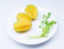 Starfruits op witte achtergrond wordt geïsoleerd die royalty-vrije stock foto's