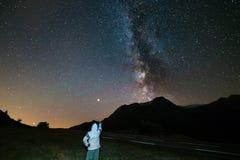 Stargazing jeden osoba patrzeje gwiaździstego niebo i milky sposób przy dużą wysokością na Alps Mars planeta na lewicie Przygoda  zdjęcie royalty free