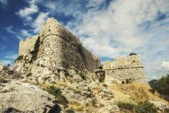 Stari毕业- Fortica -海盗堡垒废墟在Omis上镇的在克罗地亚 免版税库存照片